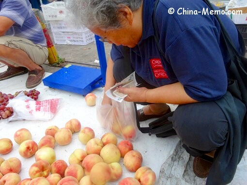 China Local Street Market Peach