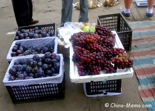 China Local Street Market Plums Grapes